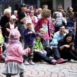 Lahden Block Party -korttelijuhlan lastenohjelman osallistujia.